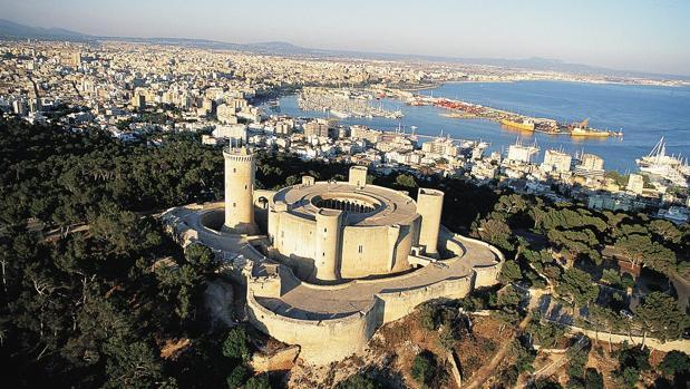 Vista aérea de Palma de Mallorca con el Castillo de Bellver en primer plano