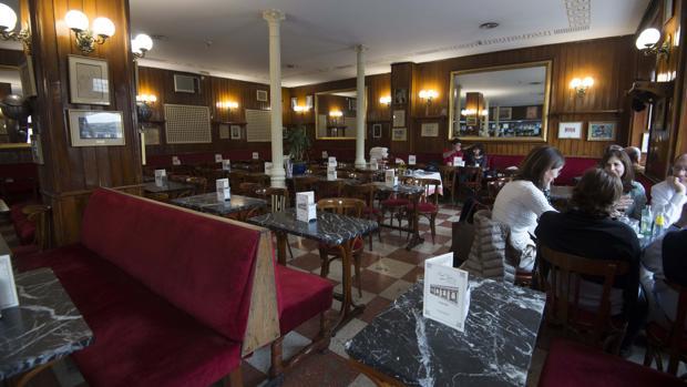 Un grupo de clientes conversa en el interior del Café Gijón, el sábado por la tarde