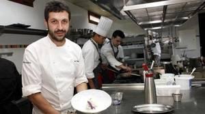 El chef Iván Cerdeño posa con uno de sus platos