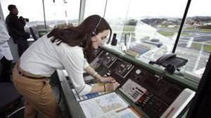 Una técnico de Alvedro trabaja en la torre de control
