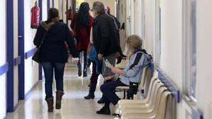 Un paciente espera entrar a una consulta de Atención Primara
