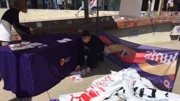 Uno de los jóvenes de SCC recoge el material tras el ataque de los radicales en la UAB