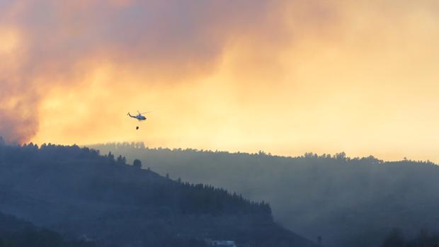 Un helicóptero trata de extinguir el incendio