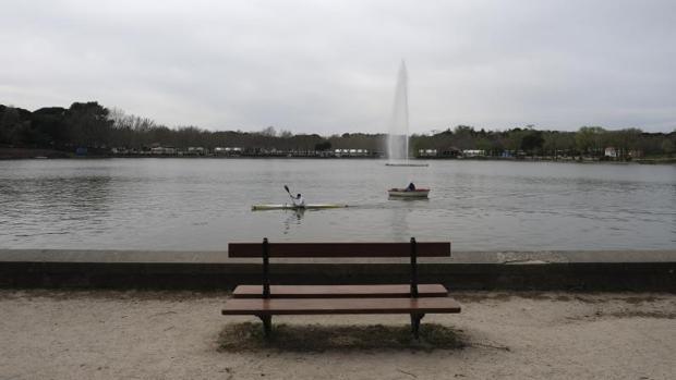Las piraguas navegan, ayer, en el lago de la Casa de Campo