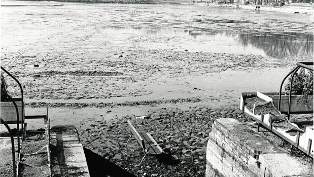 Lago de la Casa de Campo, vaciado y con un banco de madera en su fondo, en 1982
