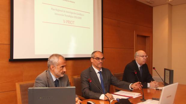 De izq. a dcha, José Manuel Torralba, director general de Universidades, y el consejero de Educación Rafael van Grieken.