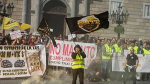 Diez taxistas vuelcan un coche de Cabify en Barcelona y dañan otro