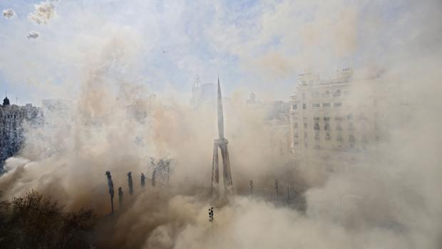 Imagen de la falla del Ayuntamiento durante la mascletà de este sábado