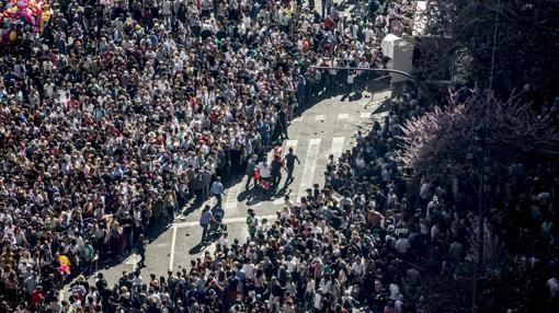 Imagen de la gente en la plaza del Ayuntamiento en la última mascletà