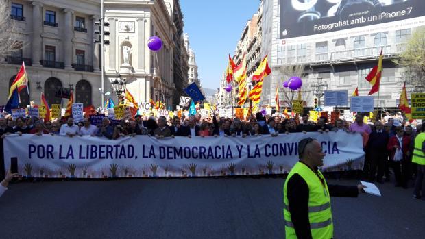 Imagen de la cabecera de la manifestación contra el independentismo, en Via Laietana