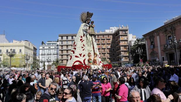 Imagen de la Virgen de los Desamparados en la plaza, con el manto completo de flores tras la Ofrenda