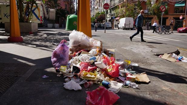 Imagen de un montón de basura en el centro de Valencia tomada este lunes