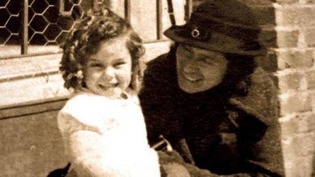 Justa Freire, junto a una de las niñas a las que instruyó