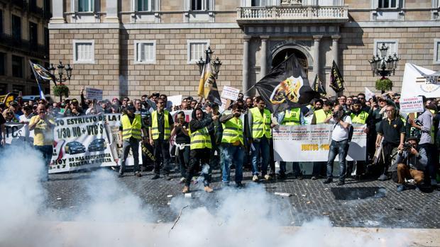 Imagen de la protesta de los taxitas contra Cabify en Barcelona