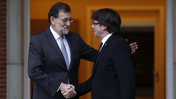 Mariano Rajoy y Carles Puigdemont, en La Moncloa en abril de 2016