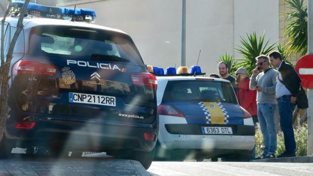 La Policía en el lugar donde se ha producido el disparo con arma de fuego en plena calle en Alicante