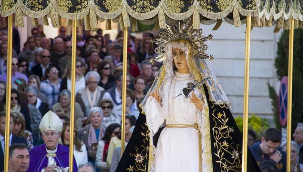 Braulio Rodríguez camina tras la imagen de la virgen de los Dolores en un via crucis