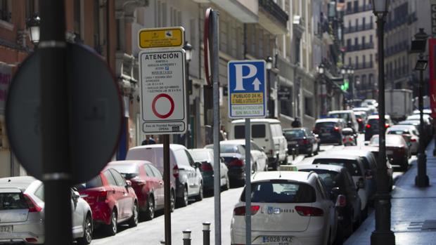 Una señal de tráfico advierte del Área de Prioridad Residencial, en la calle de Leganitos, junto a decenas de coches estacionados