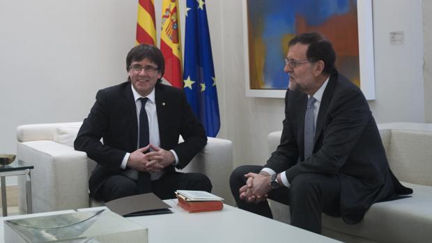 Carles Puigdemont y Mariano Rajoy, en La Moncloa en abril de 2016