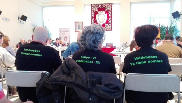 Vecinos ayer, en el pleno de la junta del distrito con camisetas apoyando el cambio