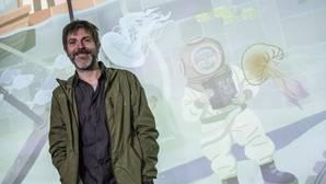 Imagen de Paco Roca frente a su diseño en el Oceanogràfic