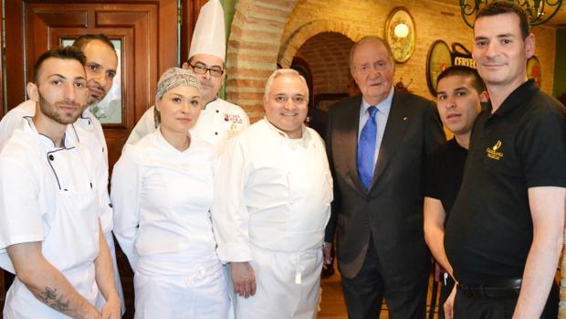 El Rey Don Juan Carlos, con el personal del restaurante Cruz Blanca de Vallecas