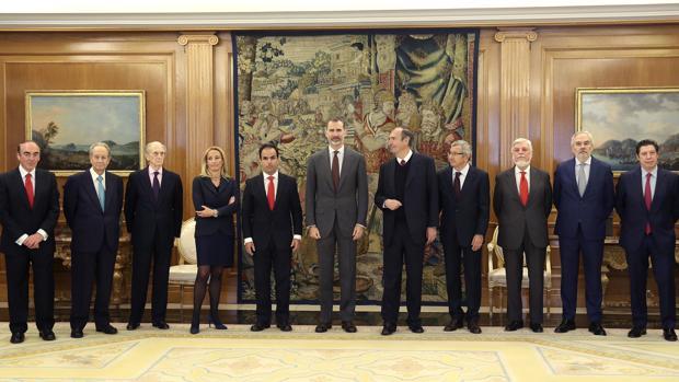 El Rey con una representación de la cátedra Monarquía Parlamentaria de la Universidad Rey Juan Carlos, a la que ha recibido en audiencia este viernes en el Palacio de la Zarzuela