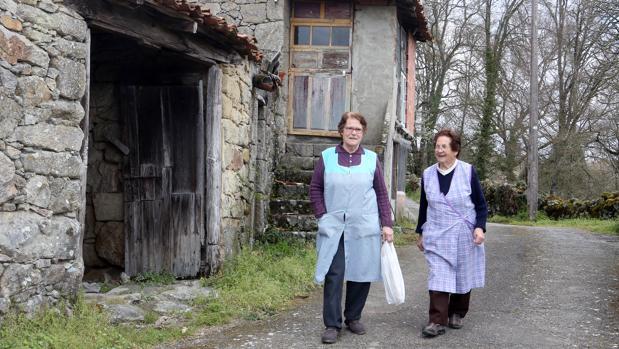 Las dos vecinas, cómplices, pasean por la aldea donde formaron su familia