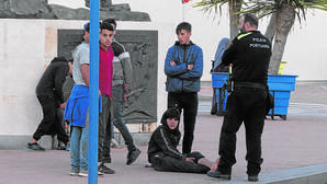 Menores en el puerto de Ceuta, uno herido en un tobillo tras intentar saltar a un barco