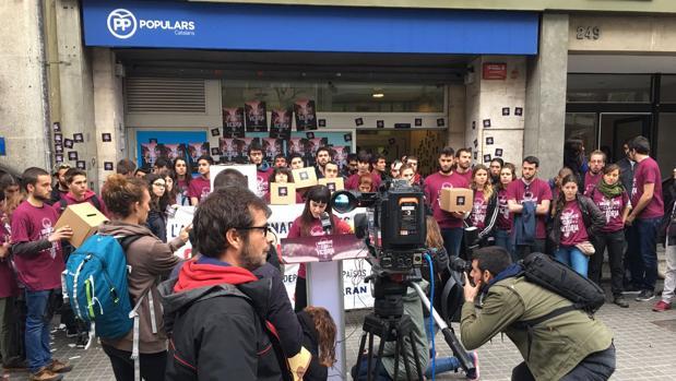 Manifestantes de la CUP, ante la sede del PP