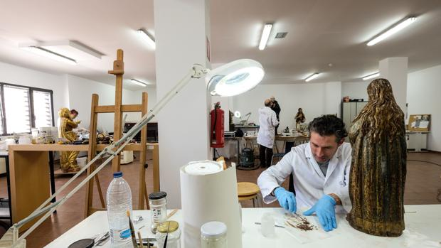Isidro Moreno, en la imagen junto a una de las obras que se expondrán, se encarga también de su conservación durante la muestra