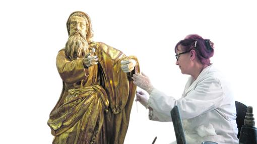 Silvia Bombín trabaja en un Moisés procedente de la Iglesia de San María de Dueñas