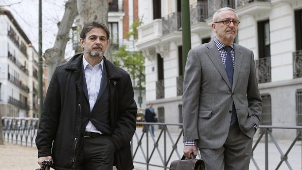 El exdiputado de CiU Oriol Pujol (i) y su abogado a su llegada esta mañana a la Audiencia Nacional