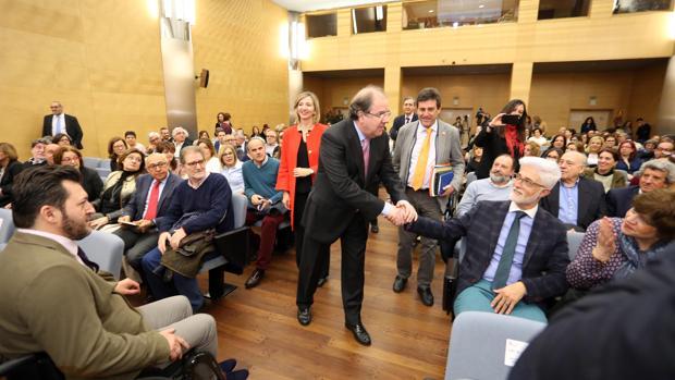Herrera saluda al presidente de la Confederación de Sordos de Castilla y León, Luis Miguel Jiménez, antes de participar en las jornadas de dependencia