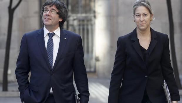 Carles Puigdemont y Neus Munté, dirigiéndose a una reunión del Gobierno de la Generalitat