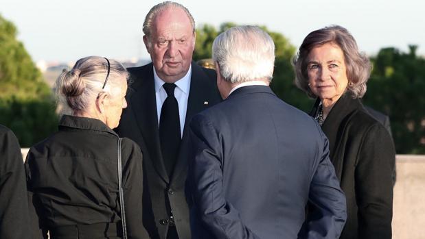 Don Juan Carlos y Doña Sofía dan el pésame a la familia de la Infanta Doña Alicia en el tanatorio de Tres Cantos