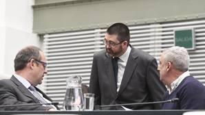 El delegado de Economía y Hacienda, Carlos Sánchez Mato, charla en el Pleno con el socialista Ramón Silva