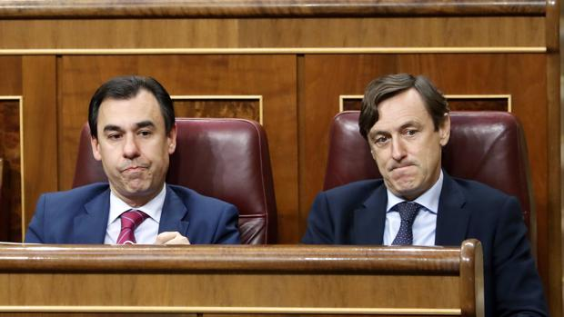 Los diputados del PP Fernando Martínez-Maillo (izquierda) y Rafael Hernando (derecha) durante el pleno del Congreso