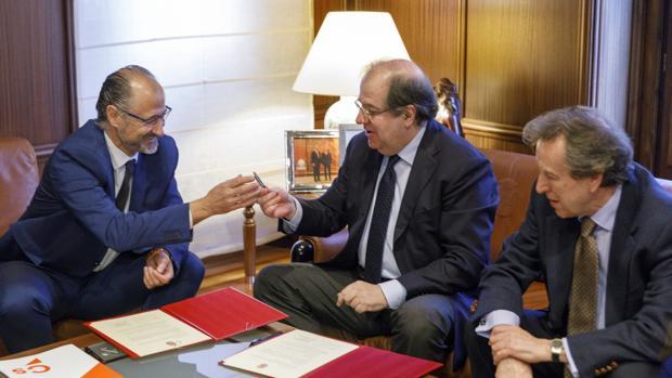El portavoz del Grupo Parlamentario Ciudadanos, Luis Fuentes, y Herrera, durante la firma del acuerdo, acompañados del consejero De Santiago-Juárez