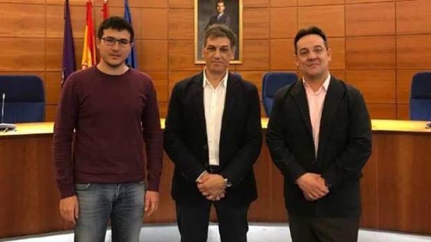 El portavoz de Cs, Miguel Ángel Berzal (derecha), junto a los portavoces de PSOE (centro) y Podemos (izquierda)