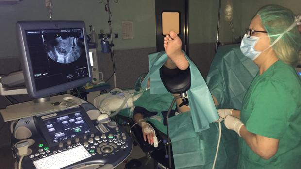 La doctora Cañete aplica la técnica de la radiofrecuencia a una paciente en el hospital toledano