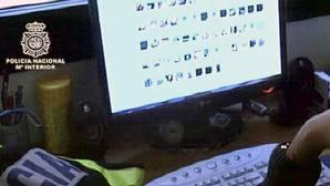 Fotografía de archivo de un agente investigando un ordenador con material pedófilo