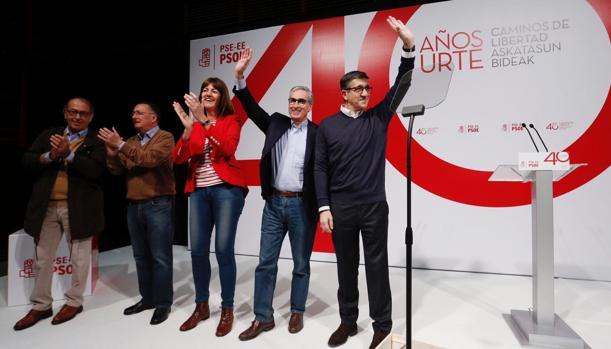 Patxi López (d) interviene en el acto de celebración del 40 aniversario de los socialistas vascos