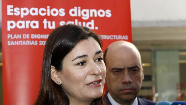 Imagen de archivo de la consellera de Sanidad, Carmen Montón, junto al alcalde de Alicante