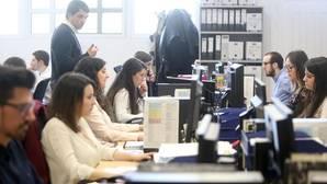 Un grupo de jóvenes trabajadores de Hotusa, en las instalaciones de Chantada (Lugo)