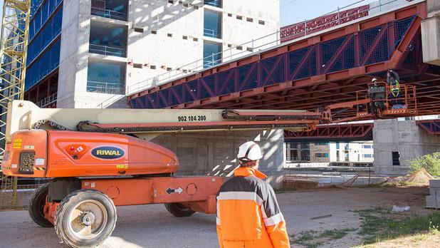 Operarios trabajando en la obra del nuevo hospital de Toledo