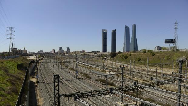 Vías del tren de la estación de Chamartín con las cuatro torres al fondo