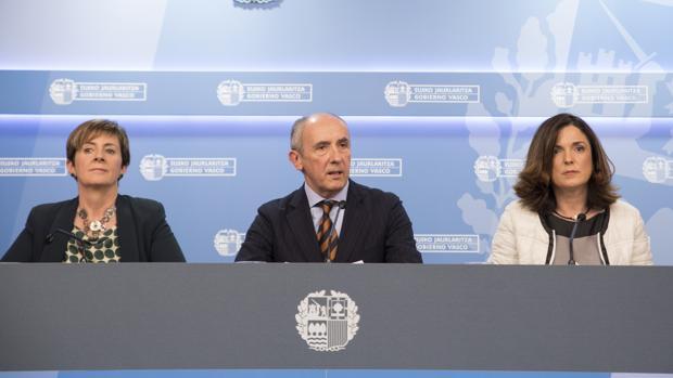 Josu Erkoreka (c) ha anunciado que el Gobierno vasco no estará el día 8 en Bayona