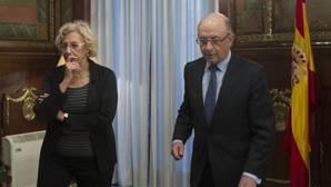 La alcaldesa de Madrid, Manuela Carmena, y el ministro de Hacienda, Cristóbal Montoro, durante una reunión