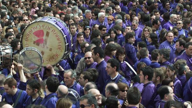 Cofrades concentrados para la «Rompida de la Hora» en Calanda (Teruel)